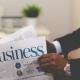 Mann in Selbstständigkeit hält Business Zeitschrift