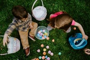Kinder spielen und lernen dabei mit Freude