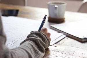 Rege Dein Unterbewusstsein durch Aufschreiben von Fragen an