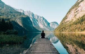 Mensch meditiert an See - Das Gehirn ist wahrscheinlich im Alphazustand